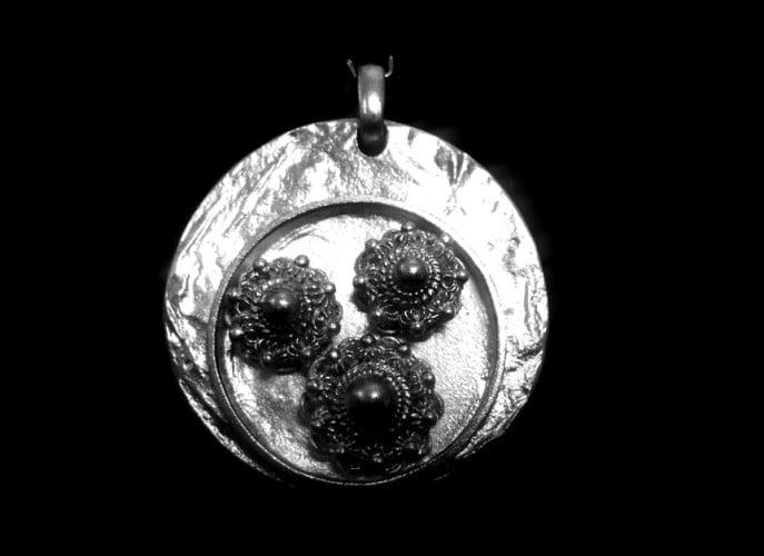 Hanger in zilver met zeeuwseknoppen
